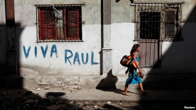 El presidente Raúl Castro (izq.) conversa con el nuevo vicepresidente primero de Cuba, Miguel Díaz-Canel.