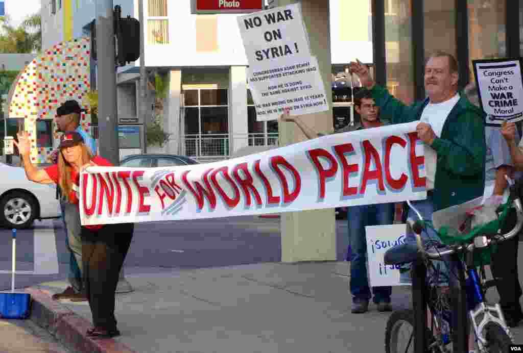 好莱坞街头反战示威要求和平(美国之音国符拍摄)