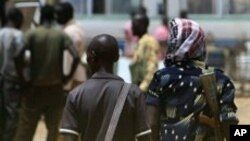 Des hommes armés à Abyei, région disputée et riche en pétrole du Soudan, le 17 avril 2011.