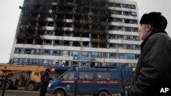 Xe của ủy ban điều tra đậu trước tòa nhà trong thủ đô Grozny bị cháy, 4/12/14