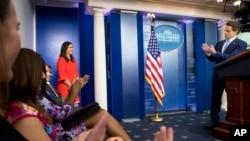 Sarah Huckabee, quien estuvo reemplazando a Sean Spicer durante sus ausencias, es la nueva secretaria de prensa de la Casa Blanca. El anuncio lo hizo este viernes el nuevo director de comunicaciones Anthony Scaramucci tras la renuncia de Spicer.