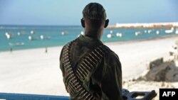 Un soldat somalien monte la garde sur la terrasse du restaurant de Lido en face d'une plage, après une attaque à Mogadiscio, 22 janvier 2016.