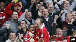 O abraço pelo golo. Wayne Rooney felicita Nani