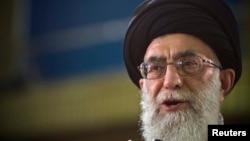 មេដឹកនាំកំពូលអ៊ីរ៉ង់លោក Ayatollah Ali Khamenei និយាយក្នុងការផ្សាយបន្តផ្ទាល់ក្នុងកម្មវិធីទូរទស្សន៍ក្រោយការរាប់សន្លឹកឆ្នោតការបោះឆ្នោតប្រធានាធិបតីអ៊ីរ៉ង់ក្នុងទីក្រុង Tehran កាលពីថ្ងៃទី១២ ខែមិថុនា ឆ្នាំ២០០៩។ (រូបភាពពី REUTERS/Caren Firouz )