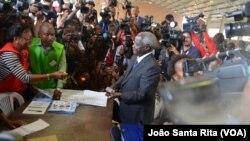 Afonso Dhlakama vota.