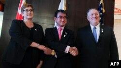 마이크 폼페오 미국 국무장관(왼쪽부터)과 고노 다로 일본 외상, 머리스 페인 호주 외교장관이 1일 태국 방콕에서 '3각 전략대화'를 했다.