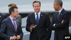 El primer ministro británico, David Cameron (centro), el presidente de Estados Unidos, Barack Obama, y el secretario general de la OTAN, Anders Fogh Rasmussen, convesan en Gales.