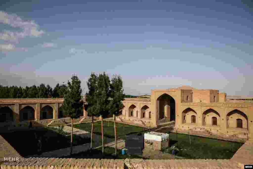 کاروانسرای شاه عباسی لاسجرد در حاشیه جاده تهران –مشهد که متعلق به دوره صفویه می باشد. عکس: اصغر خمسه