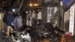 پلیس، محل یکی از انفجارها را در محله ای به نام زواری بازار در مومبای بررسی می کند. ۱۳ ژوئیه ۲۰۱۱