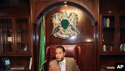 ທ້າວ Saadi Gadhafi ລູກຊາຍທ່ານກາດດາຟີ ໃນລະຫວ່າງການຖະແຫຼງຂ່າວ ຢູ່ທີ່ຫ້ອງການຂອງລາວ ໃນກຸງຕຣີໂປລີ ເມື່ອວັນທີ 31 ມັງກອນ ປີ 2010