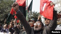 Members of Bangladesh Muktijoddha Sangsad, a welfare association for combatants who fought during the war for independence from Pakistan in 1971, shout slogans after a war crimes tribunal sentenced Abul Kalam Azad to death in Dhaka January 21, 2013.
