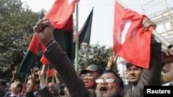 Các thành viên hội các chiến binh Bangadesh hô khẩu hiệu sau phán quyết tử hình giáo sĩ Azad của tòa án ở Dhaka, ngày 21/1/2013.