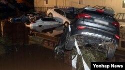 5일 태풍 '차바'가 몰고 온 폭우로 강물이 불어나 울산시 한 아파트 단지에서 차량 수백대가 침수됐다.