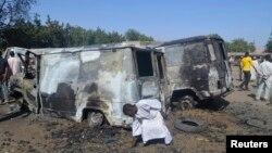 Chiếc xe bị cháy sau một vụ tấn công của các phần tử chủ chiến Boko Haram