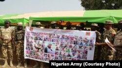Babban hafsan sojojin kasa na Najeriya, Janar Buratai, yana kaddamar da babura na sojoji domin zakulo 'yan kungiyar Boko Haram