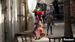 Une femme fuit un marché déserté suite à des protestations à Bujumbura, 29 avril 2015. (Reuters/Thomas Mukoya)