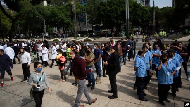 Nhân viên đứng ngoài các tòa nhà tại Mexico City sau trận động đất mạnh 7,4 độ Richter làm rung chuyển duyên hải miền Nam Mexico hôm 23/6.