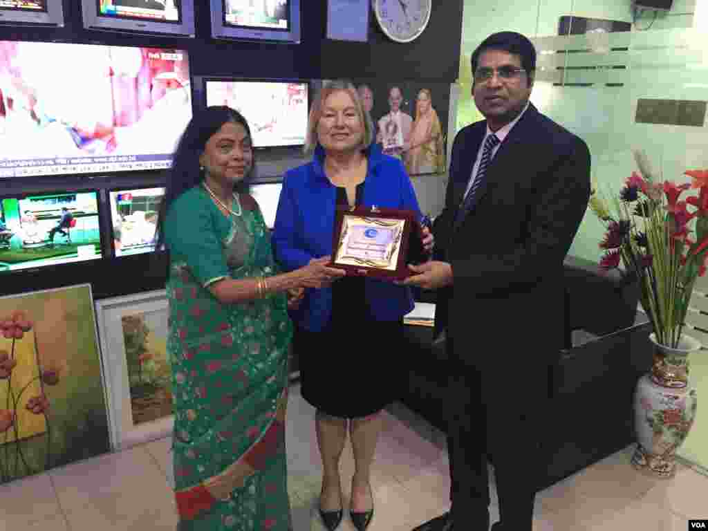 VOA Bangla Service Chief Roquia Haider and Director Amanda Bennett receive a plaque from affiliate RTV CEO Ashik Rahman in Dhaka, Bangladesh.