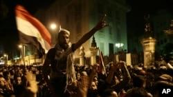 埃及抗议者12月7号在开罗总统府外高呼反对穆尔西总统和穆斯林兄弟会的口号