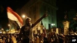 Demonstranti u Kairu skandiraju parole protiv predsednika i Muslimanskog bratstva ispred predsedničke palate