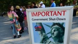 Bảng thông báo ngưng hoạt động tham quan Tượng Nữ thần Tự do tại New York vì chính phủ đóng cửa.