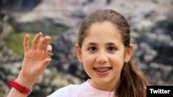 این کودک اسرائیلی و والدینش در عملیات تجسس قبه الصخره مشارکت داشتند و می گوید چهار سال پیش این آویزه را پیدا کرده است.