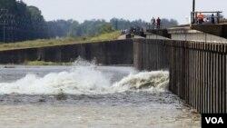Salah satu pintu air sungai Mississippi di Morganza, Lousiana dibuka hari Sabtu (14/5).
