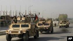 Lực lượng an ninh Afghanistan rời khỏi khu vực sau trận giao tranh với các phần tử nổi dậy Taliban, chiếm một tòa nhà trong thủ đô Kabul, hôm 16/4/12
