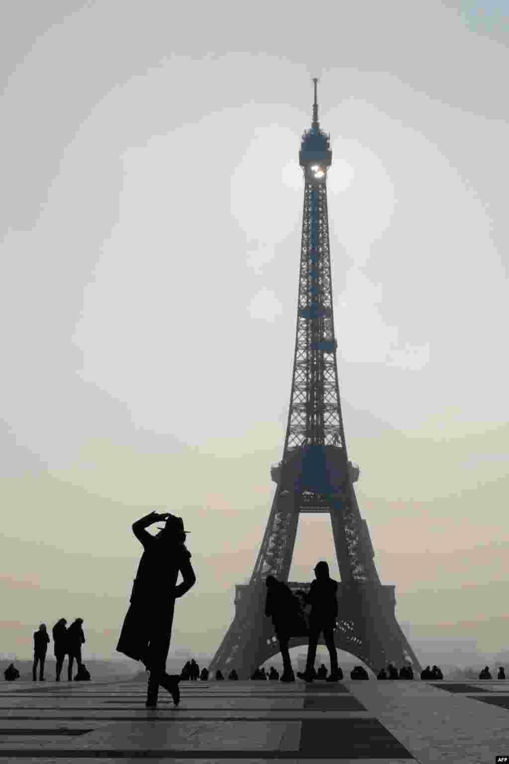 نمایی از برج ایفل در پاریس