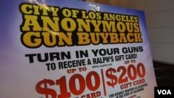 洛杉矶礼券收购枪支海报(美国之音国符拍摄)