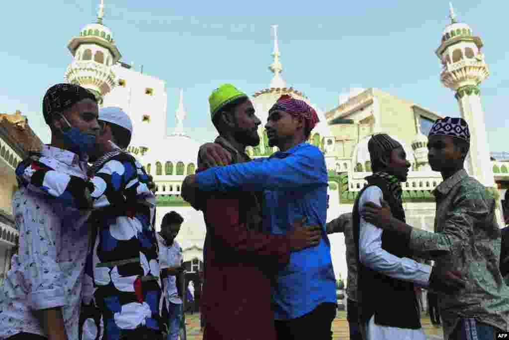 بھارت کے شہر امرتسر میں لوگ عید کی نماز ادا کرنے کے بعد مبارک باد دینے کے لیے گلے مل رہے ہیں۔