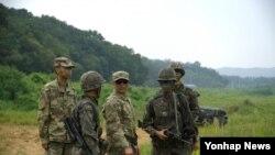 미군과 한국군이 경기도 포천 일대에서 단거리방공 훈련 일정을 논의하고 있다.
