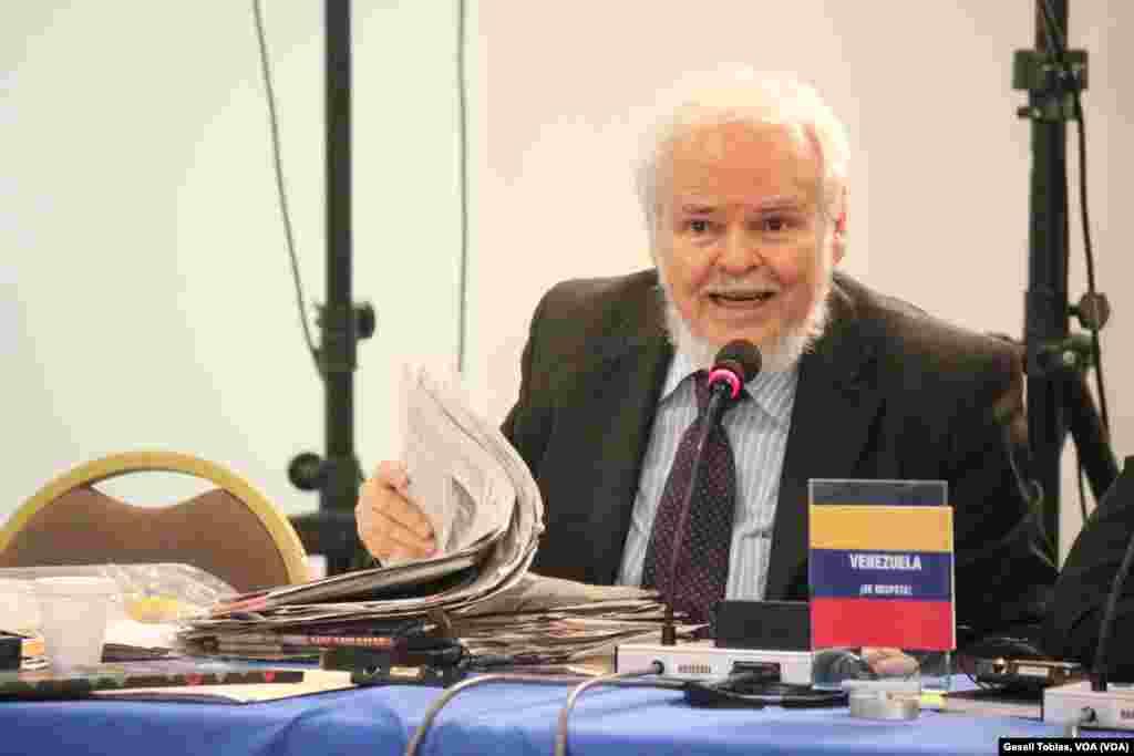 """Luis Britto, abogado representante del Estado venezolano argumentó que en su país no se limita a la prensa y presentó una serie de periódicos en donde, según explicó, se critica duramente al gobierno de Nicolás Maduro con """"total libertad""""."""