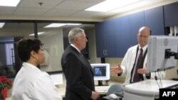 众议院多数党领袖霍耶参观一家马里兰医院