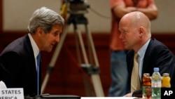 美國國務卿克里(左)與英國外交大臣黑格(右)於2013年5月22日在約旦會面時交談。