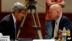 지난달 22일 사태와 관련하여 요르단 암만에서 시리아 회동한 존 케리 미국 국무장관(왼쪽) 윌리엄 헤이그 영국 외무장관.