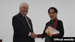 د امریکا د بهرنیو چارو وزیر ریکس ټیلرسن د دولت په چارو کې د میانمار د سلاکارې آن سان سوچي سره د کتنې پر وخت