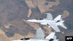 Sau khi nhận được lời đe dọa qua điện thoại, không quân Canada đã phái hai chiếc phản lực F-18 hộ tống chiếc chuyến bay của hãng Cathay Pacific