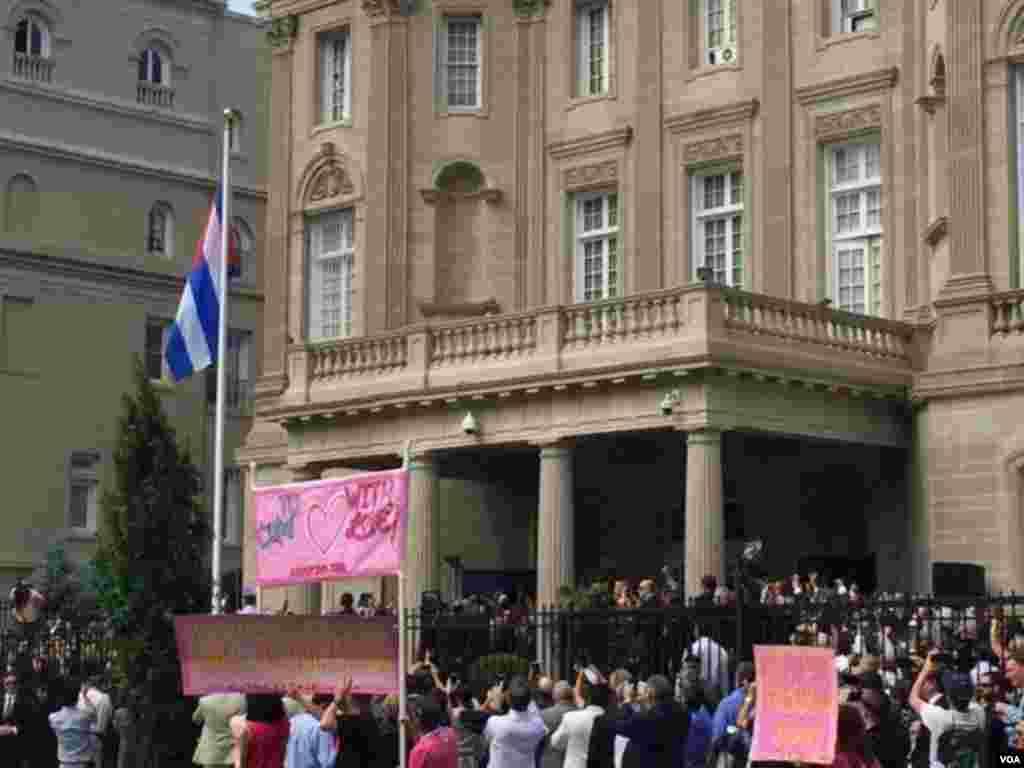 مراسم افراشتن پرچم و بازگشایی سفارت کیوبا در واشنگتن دی سی پس از ۵۴ سال رکود دیپلوماتیک میان دو کشور