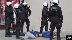 Арестованные футбольные фанаты. Варшава, Польша