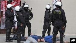 Polisi Warsawa menahan dua orang pria yang berbuat kerusuhan menjelang pertandingan tuan rumah Polandia dan Rusia di Warsawa (12/6).