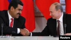 El anuncio sobre Rusia también antecede a una reunión con tenedores de bonos en Caracas, convocada para el lunes por el presidente Nicolás Maduro hace una semana, cuando anunció su plan de renegociar la deuda, de unos 150.000 millones de dólares.