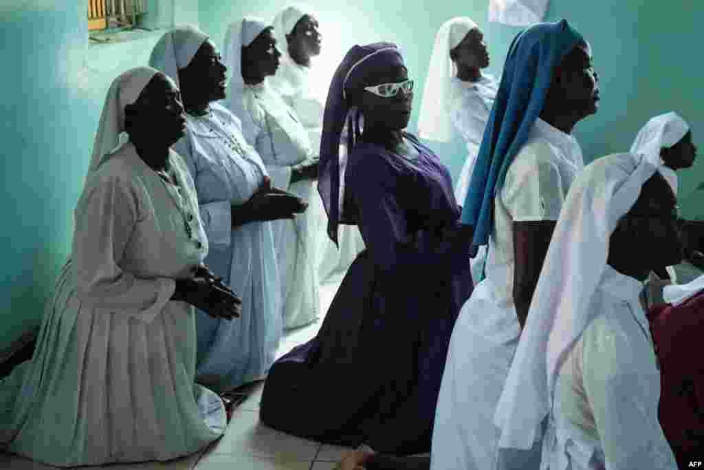 Religiosas de la Iglesia de la Misión de María, oran un domingo enn Kisumu, Kenya, Oct. 29, 2017.
