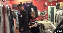 파르빈 자말레자(오른쪽)가 영업장에 찾아온 손님과 함께 옷 매무새를 점검하고 있다.