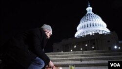 Matt Richardson dejaba una vela encendida en la escalinata del Capitolio, en Washington, en honor de la representante Giffords y las otras víctimas del ataque en Arizona.