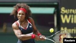 Serena Williams k ap retounen sèvis ris Maria Sharapova pandan final tenis medam yo nan vil Lond ann Angletè. 4 out 2012.