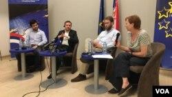 Učesnici rasprave o migrantima u EU info centru.