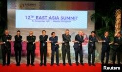 지난 14일 필리핀 마닐라에서 열린 동아시아정상회의(EAS)에서 각 국 정상들이 손을 맞잡고 기념사진을 촬영하고 있다.