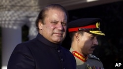 Prime Minister of Pakistan Nawaz Sharif (L) arrives at the Prime Minister's house to review guards of honor in Islamabad, June 5, 2013.
