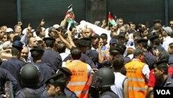 Aksi protes setelah shalat Jumat yang berakhir dengan bentrokan antara polisi dan demonstran di ibukota Amman (15/7).